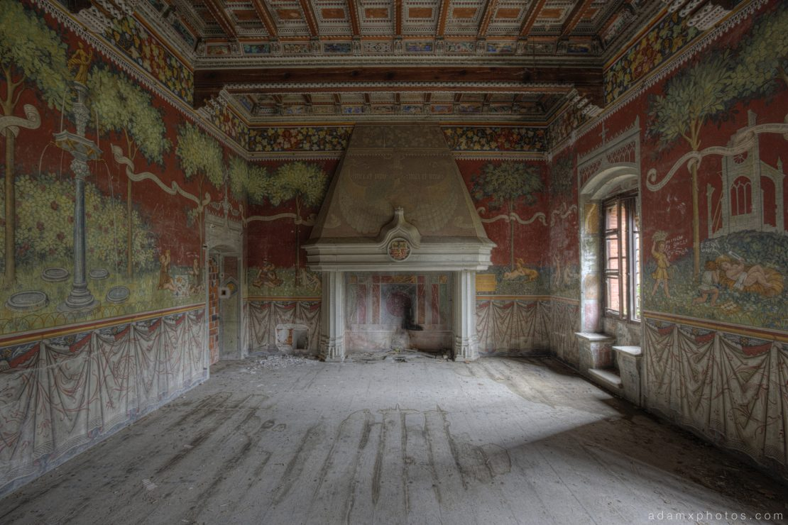 Castello di R Italy castle Urbex Adam X Urban Exploration dining hall fireplace murals painted paintings fresco photo photos report decay detail UE abandoned derelict unused empty disused decay decayed decaying grimy grime