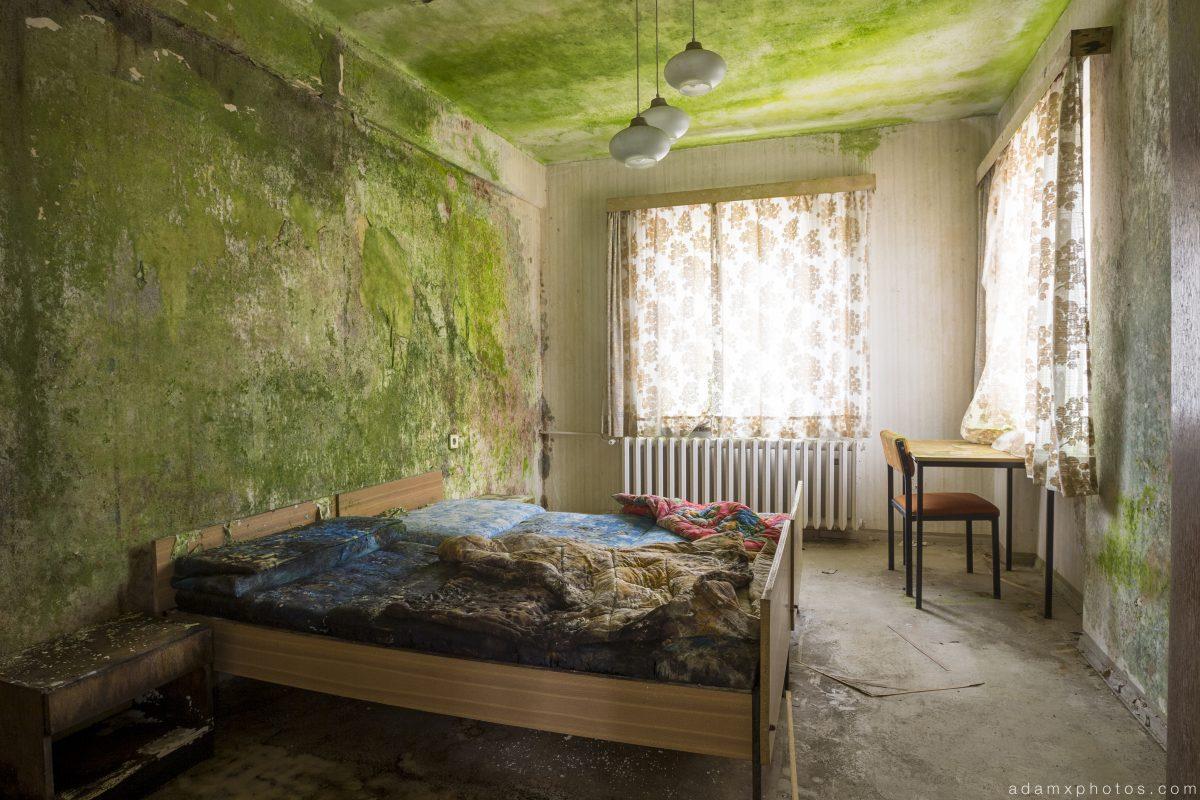 Decaying bedroom guest room hotel room Grand Hotel Atlantis Urbex Germany Adam X Urban Exploration Access 2016 Abandoned decay lost forgotten derelict location Deutschland