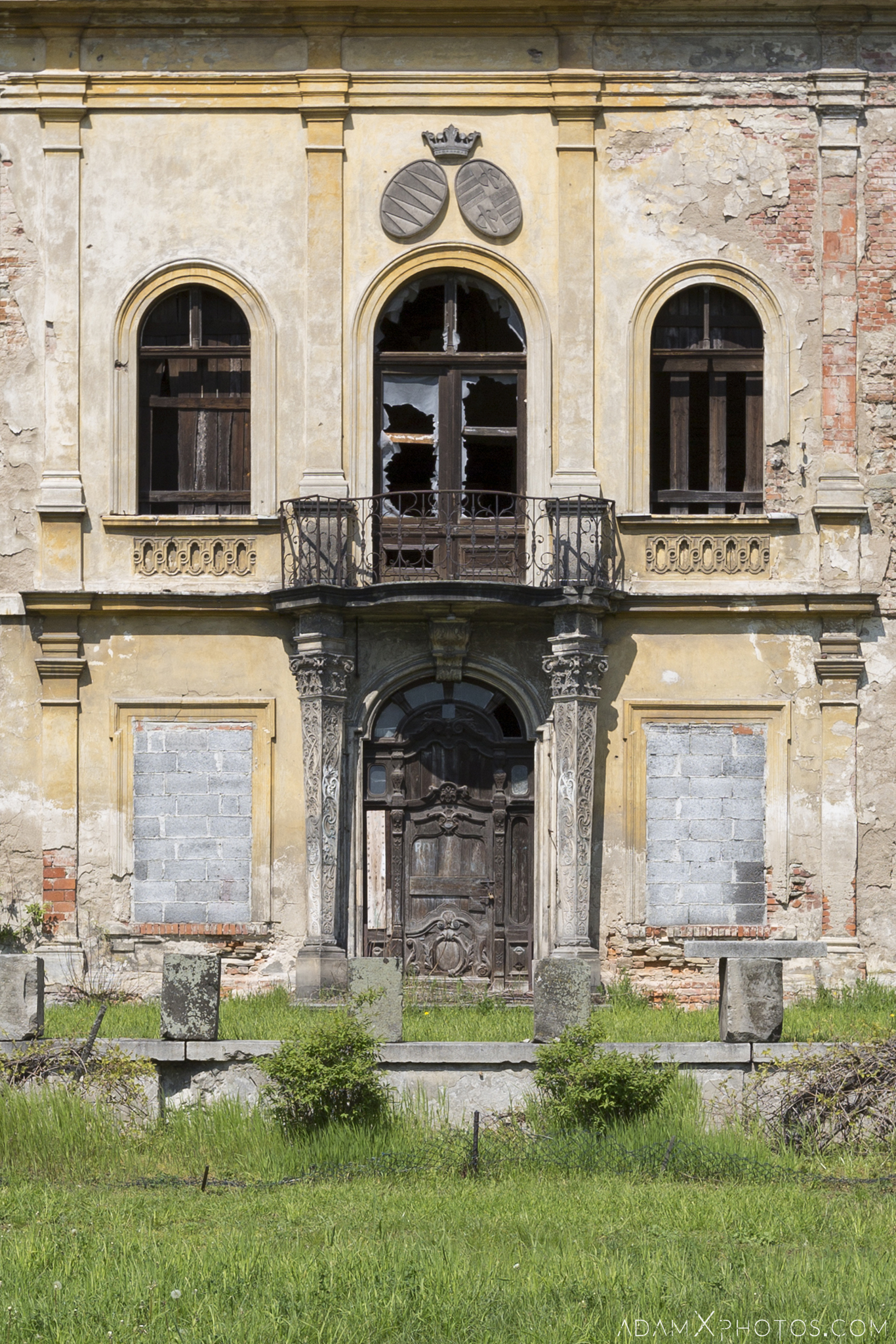 Front door detail Pałac w Mańczycach external outside exterior Urbex Poland Adam X Urban Exploration Access 2016 Abandoned decay lost forgotten derelict location haunting eerie