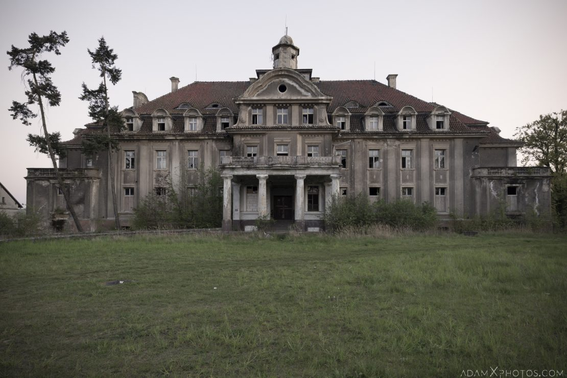 External Exterior Outside Front Facade Main hall twin split stairs staircase Great Belcz Palace Pałac w Bełczu Wielkim Urbex Poland Adam X Urban Exploration Access 2016 Abandoned decay lost forgotten derelict location haunting eerie before the fire