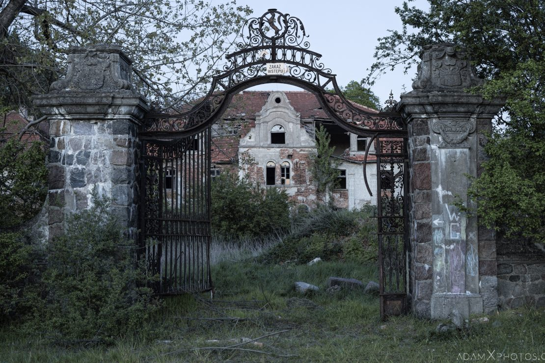 Gate overgrown External Exterior Outside Front Facade Palace Glinka Pałac w Glince Urbex Poland Adam X Urban Exploration Access 2016 Abandoned decay lost forgotten derelict location
