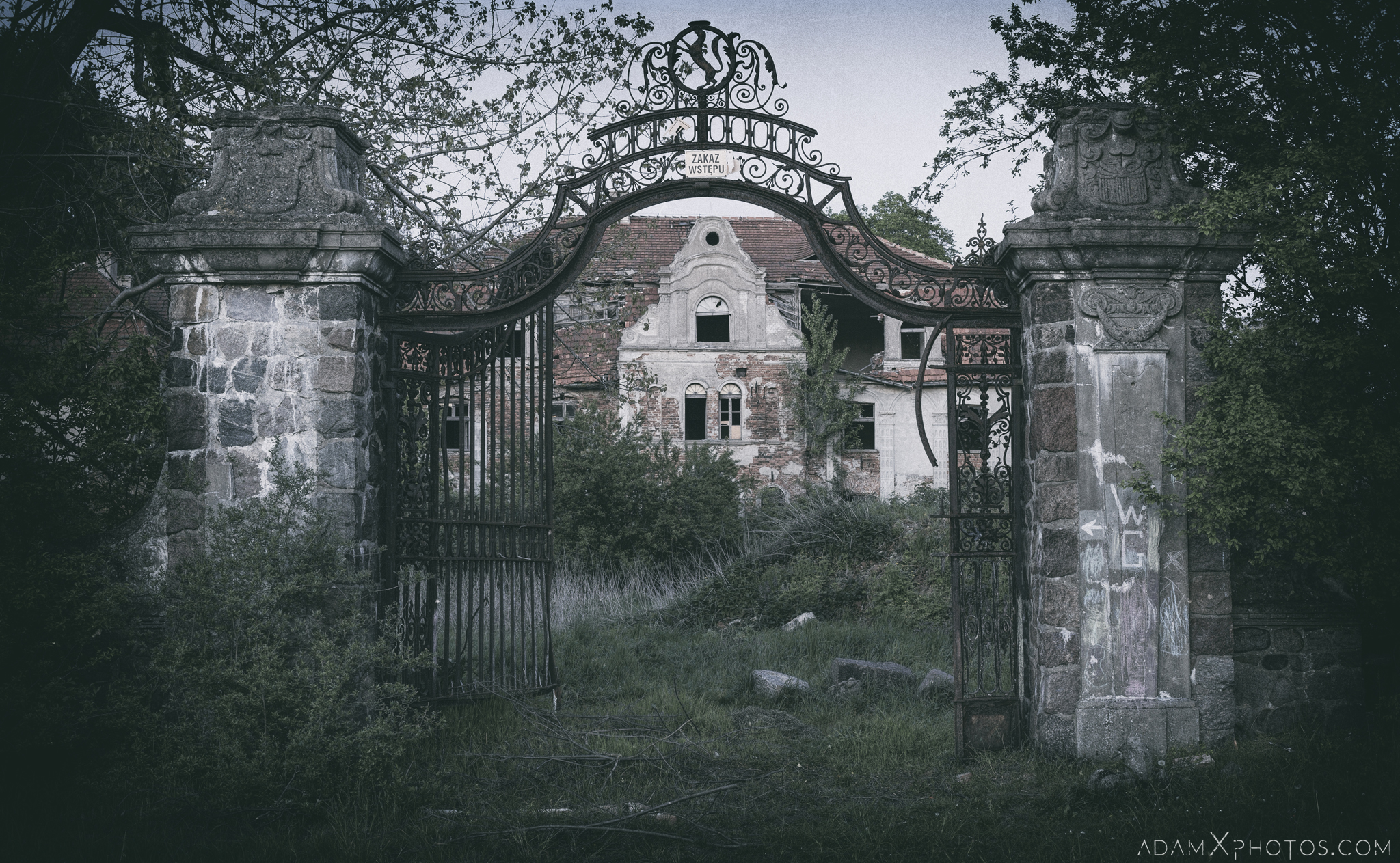 Gate overgrown External Exterior Outside Front Facade Palace Glinka Pałac w Glince Urbex Poland Adam X Urban Exploration Access 2016 Abandoned decay lost forgotten derelict location spooky scary haunting eerie