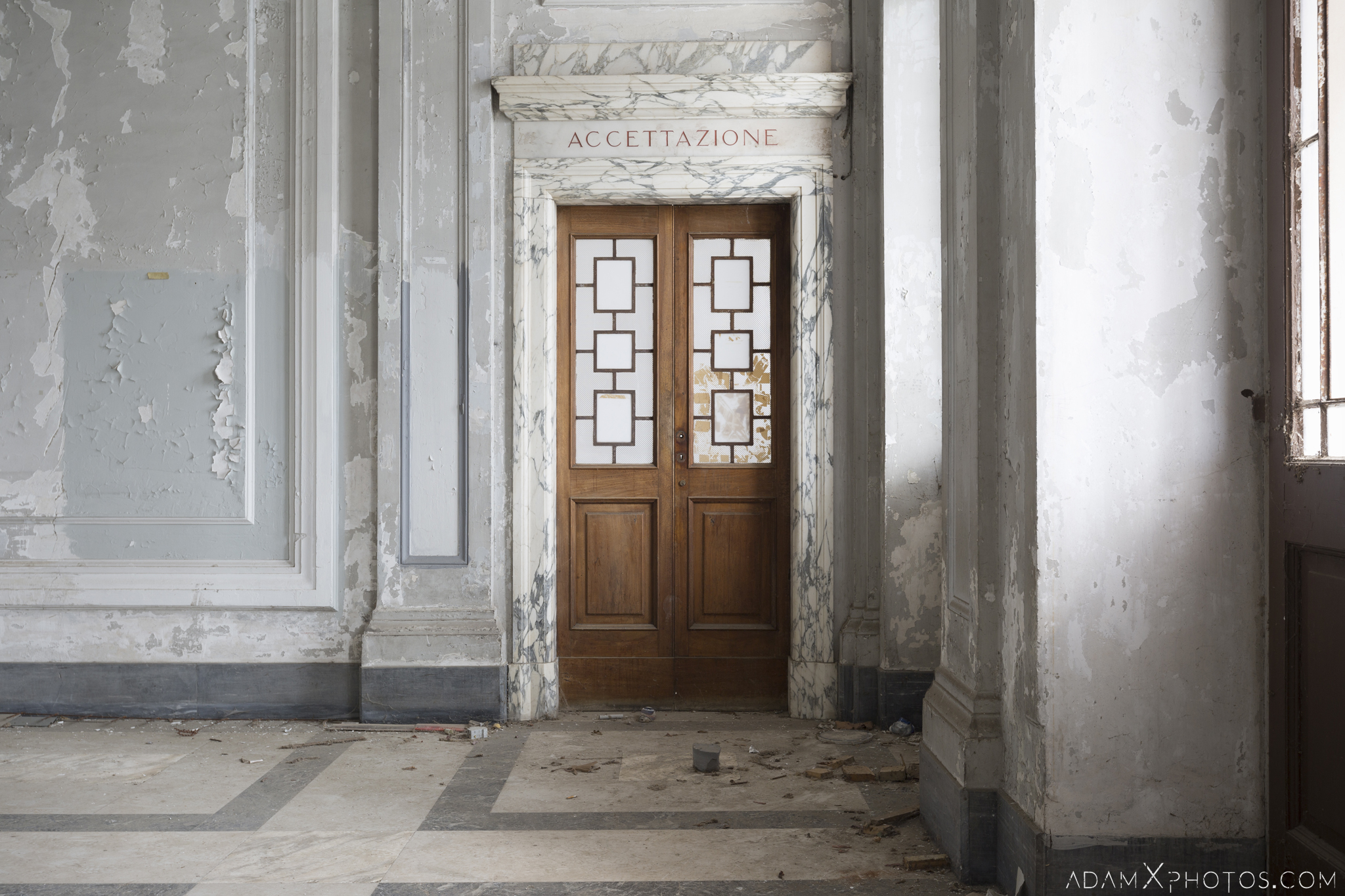 reception marble door accettazione ospedale psichiatrico di q manicomio di q asylum hospital Urbex Adam X Urban Exploration Italy Italia Access 2016 Abandoned decay lost forgotten Secca Security infiltration derelict location creepy haunting eerie