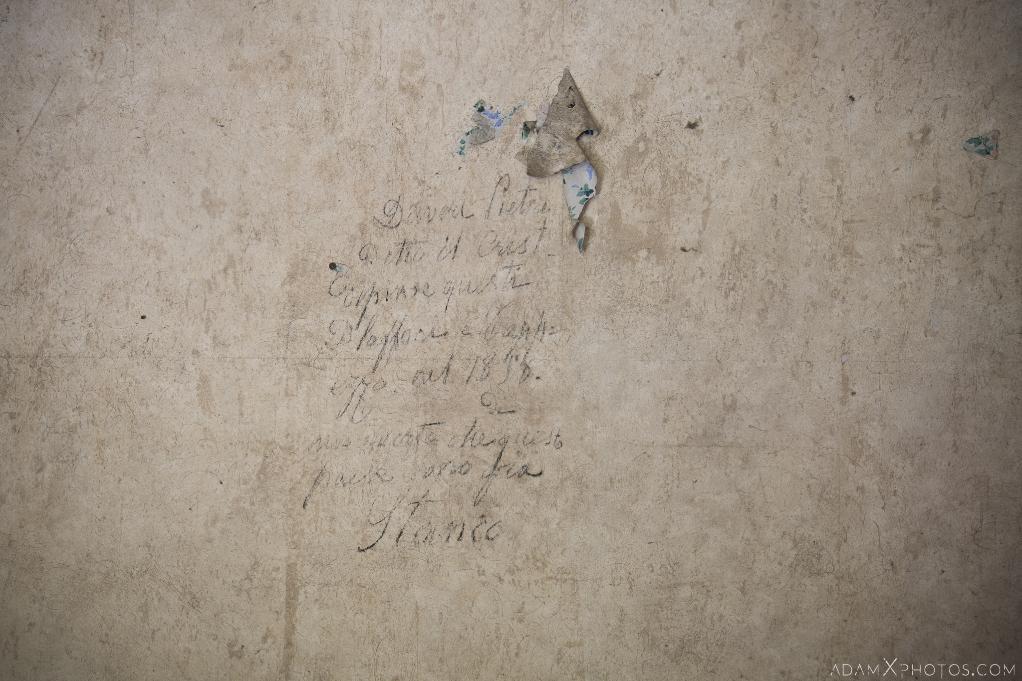 Inscription on wall Palazzo di L dei Conte M Castello di Lauriano Urbex Adam X Urban Exploration Italy Italia Access 2016 Abandoned Grand Ornate Neoclassical decay lost forgotten infiltration derelict location creepy haunting eerie