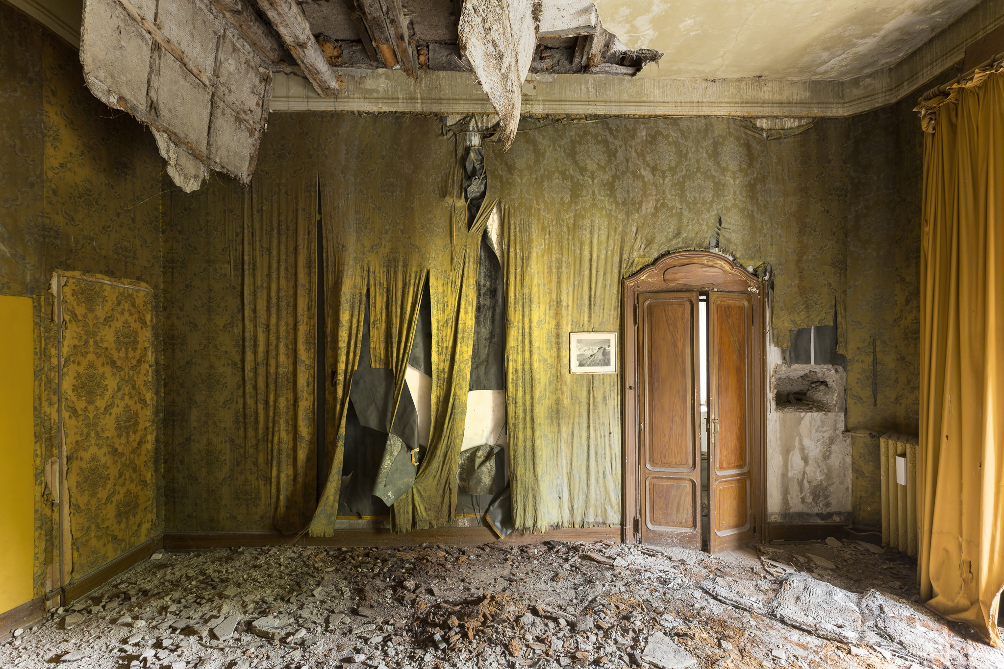 Peeling Paint Wallpaper grand opulent decay Villa Pesenti P Urbex Adam X Urban Exploration Italy Italia Access 2016 Abandoned decay lost forgotten derelict location creepy haunting eerie