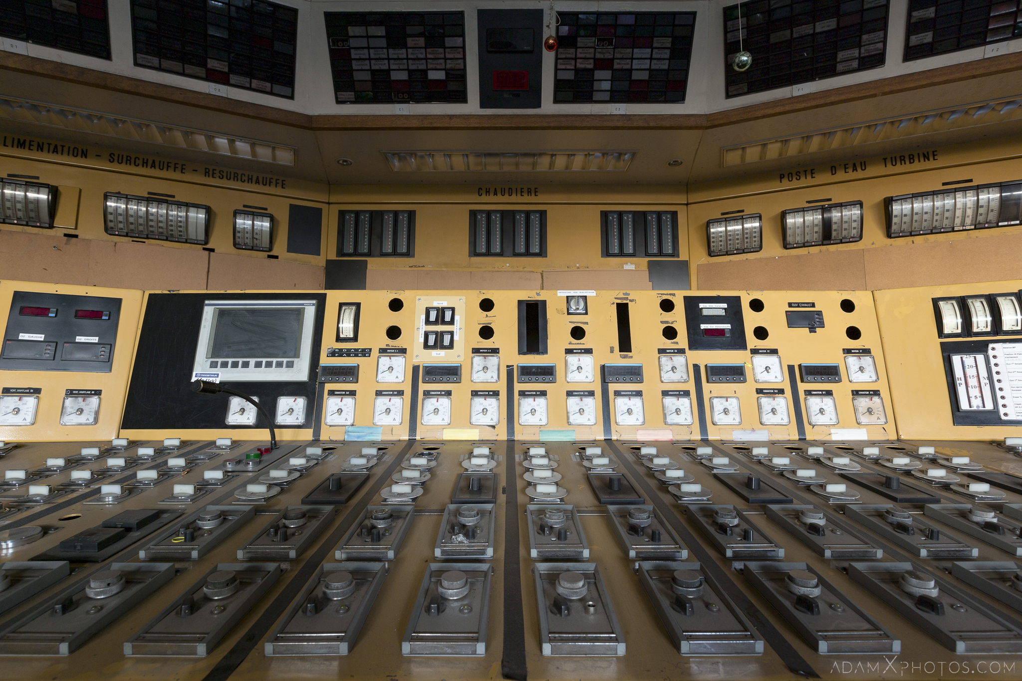 yellow control room details Centrale de schneider powerplant power plant industrial industy Adam X Urban Exploration France Access 2017 Abandoned decay lost forgotten derelict location creepy haunting eerie