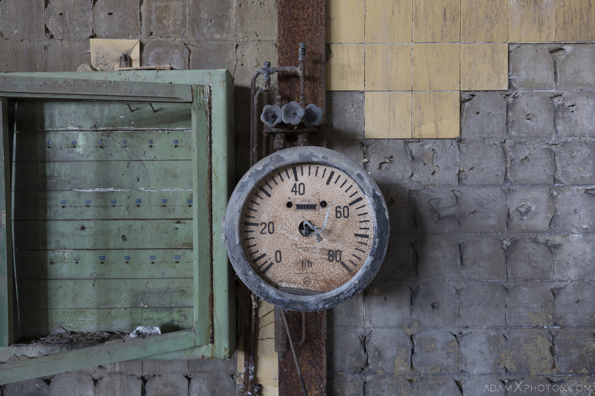 Pressure gauge HF4 power plant wet dogs AMEC Industrial Industry Adam X Urban Exploration Belgium Access 2017 Abandoned decay lost forgotten derelict location creepy haunting eerie