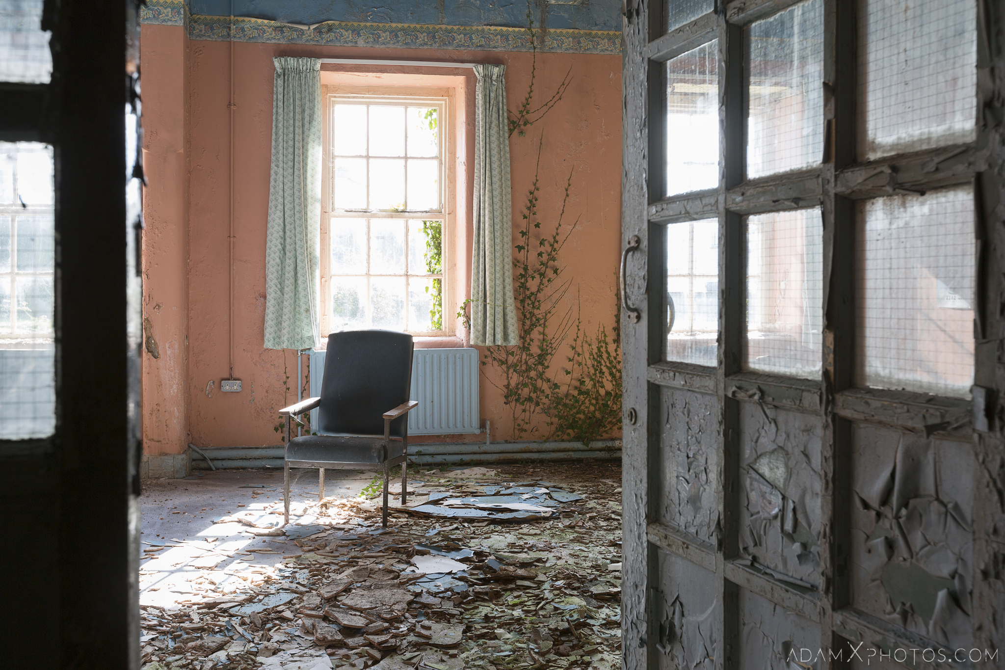 Waiting area Connacht District Lunatic Asylum St Brigid's Hospital Adam X Urbex Urban Exploration Ireland Ballinasloe Access 2017 Abandoned decay lost forgotten derelict location creepy haunting eerie