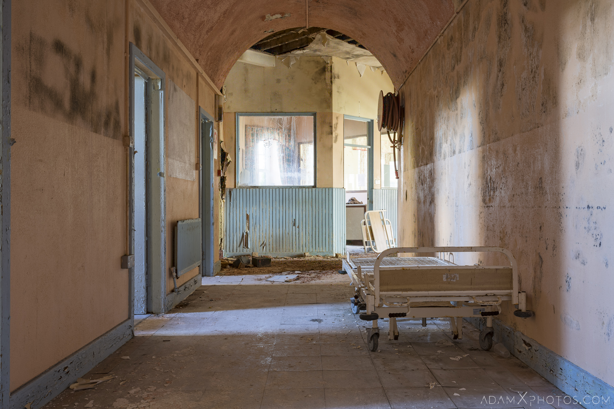 Corridor hospital bed Connacht District Lunatic Asylum St Brigid's Hospital Adam X Urbex Urban Exploration Ireland Ballinasloe Access 2017 Abandoned decay lost forgotten derelict location creepy haunting eerie
