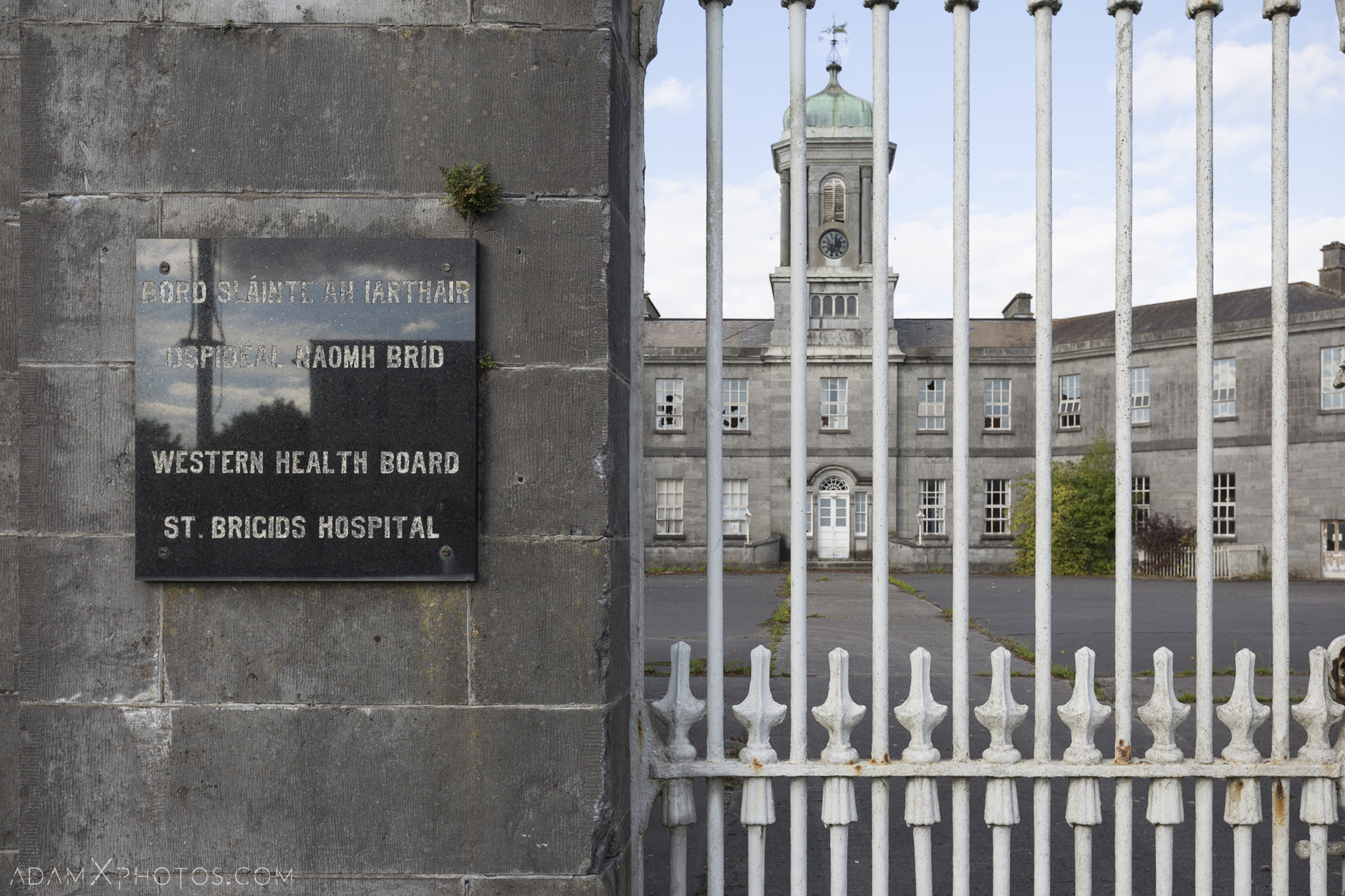 front gate exterior external outside Connacht District Lunatic Asylum St Brigid's Hospital Adam X Urbex Urban Exploration Ireland Ballinasloe Access 2017 Abandoned decay lost forgotten derelict location creepy haunting eerie